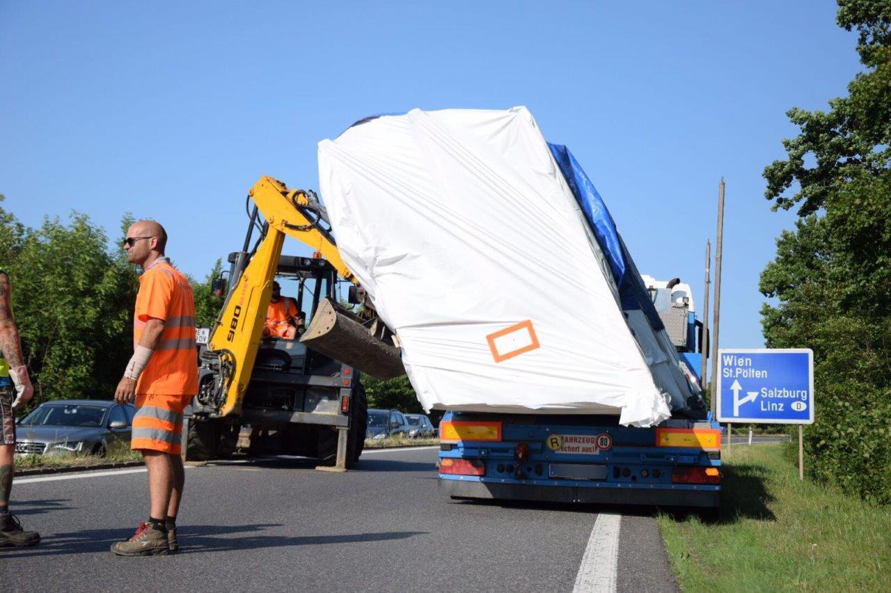 BFK Melk - FF Ybbs: Lkw Ladung verrutscht bei Autobahnauffahrt Ybbs ...